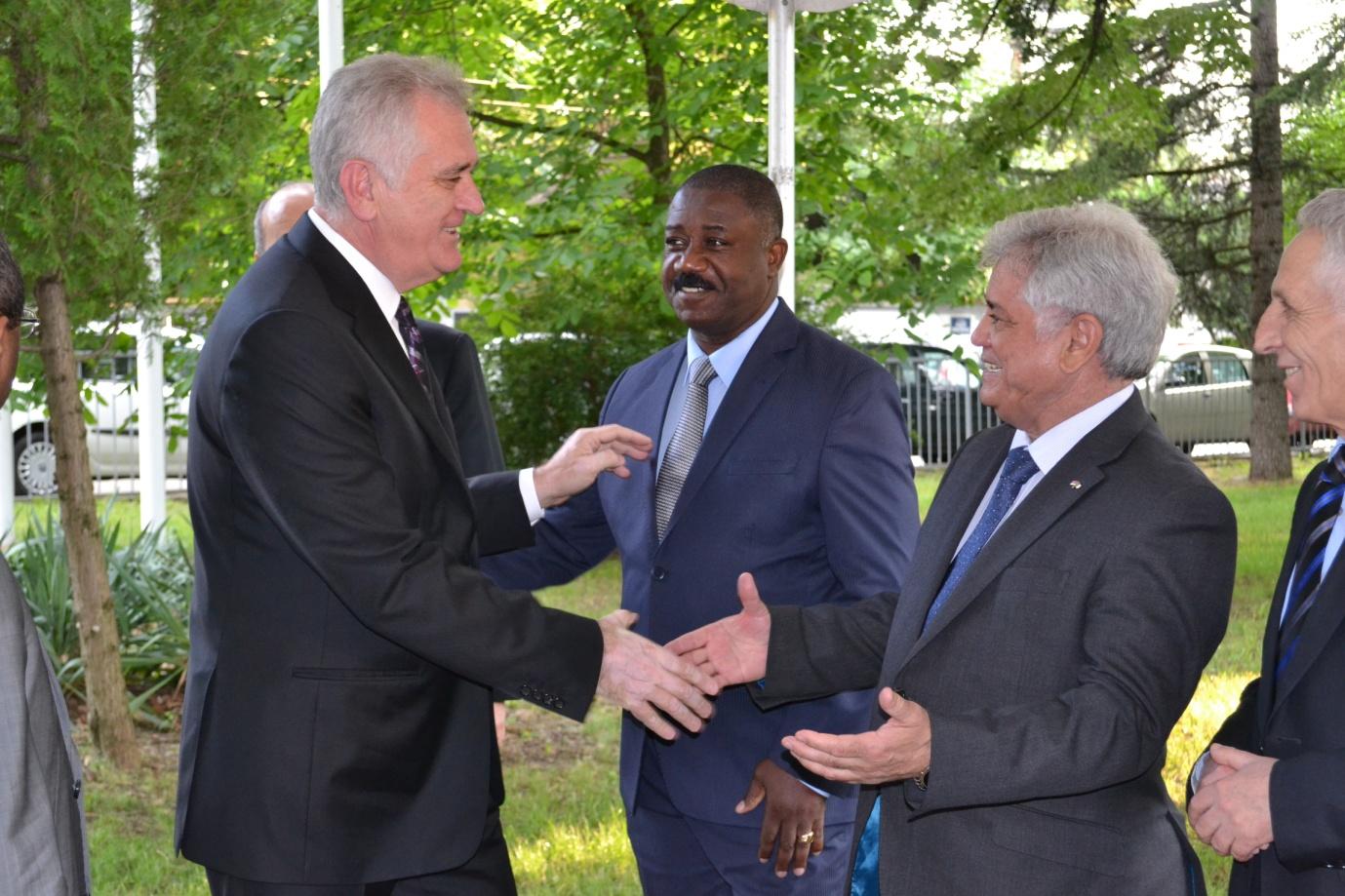 Célébration de la journée de l'Afrique à Belgrade: Le Président Nikolic salue le rôle de l'Algérie en Afrique lors de sa visite du stand de l'Algérie